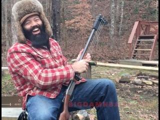 Американец сыграл на ружье, переделанном в гитару