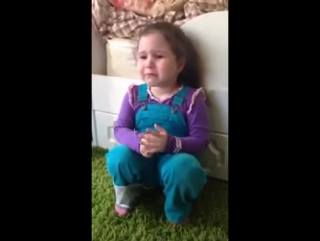 Такая маленькая а уже из-за мужчин плачет...