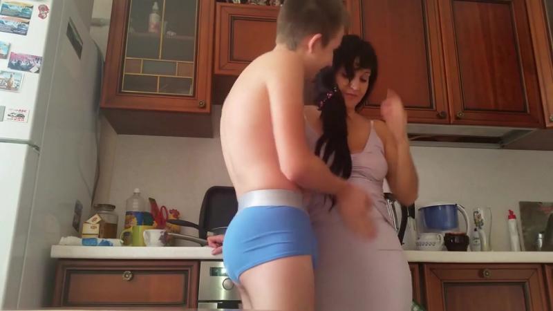 сын домогается до матери на кухне секс