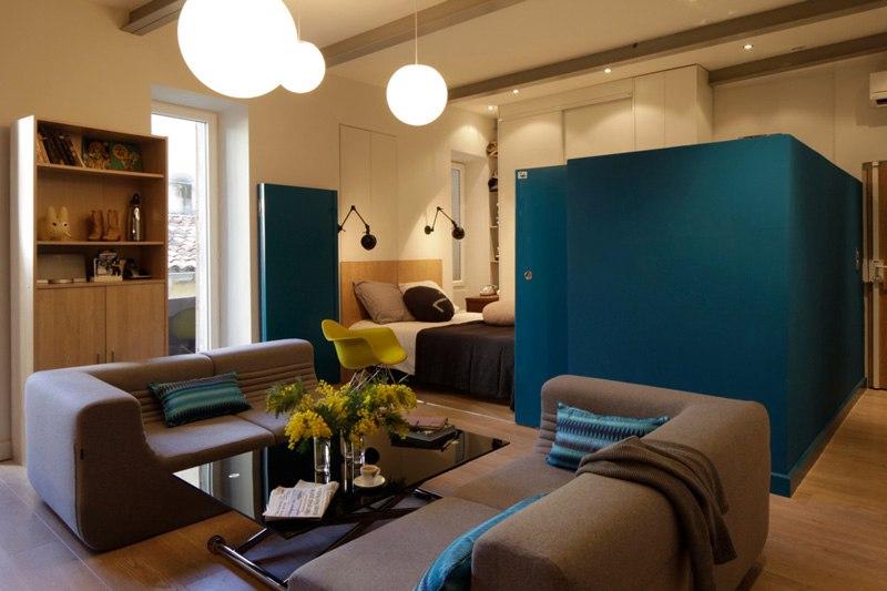 Квартира-студия 37 м в Париже с мобильной перегородкой и открытой ванной.