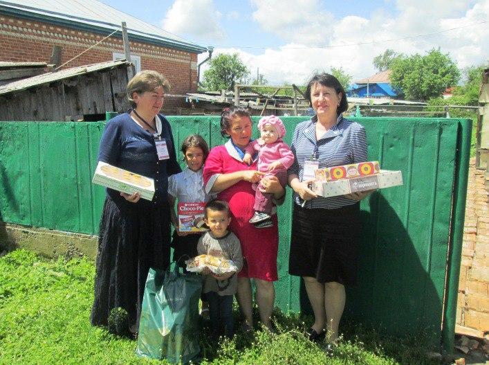 Сотрудники ПФР поздравили большую малоимущую семью из станицы Зеленчукской с Международным днем защиты детей