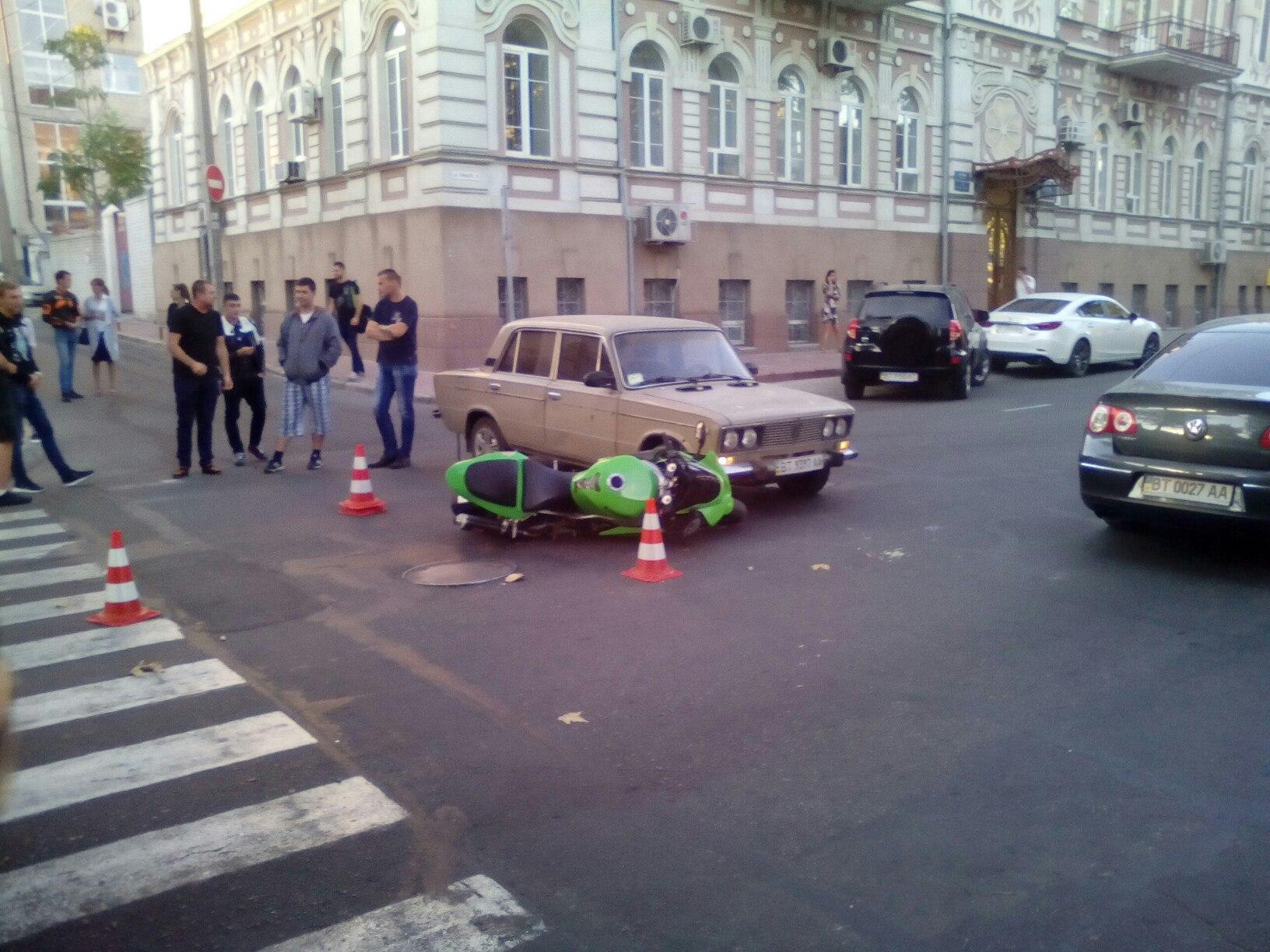 Возле театра им Кулиша случилась авария с участием мотоциклиста(фото)