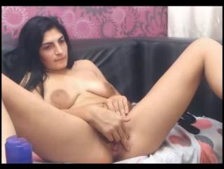 Армянка мастурбирует и кончает