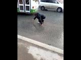 пьяный мешает проезду машин на дороге, Пермь,жесть.