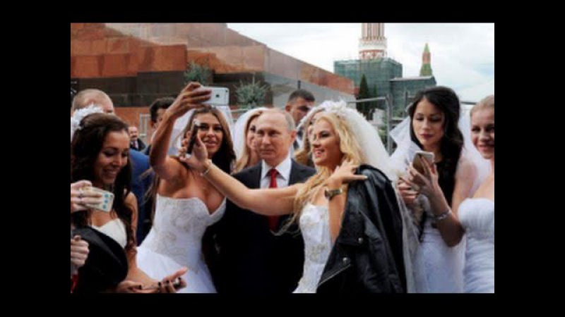 Путин сделал селфи с невестами на Красной площади. День города Москвы