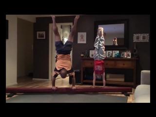 Фантастический отец маленькой гимнастки пытается повторять за дочерью все ее трюки