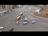 Перекресток без светофоров и разметки и... без аварий.. Действие видео происходит в Африке (город Аддис-Абеба)....