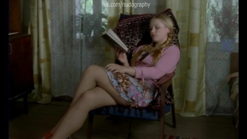 Завлекает ножками Юлия Пересильд в сериале Заколдованный участок 2006 Серия 9 Факт жизни не доказан