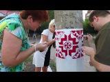 В Краматорске активисты обновляют нарисованные на столбах вдоль улиц города элементы вышиванки.
