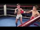 Jungs oben ohne beim Thaiboxen