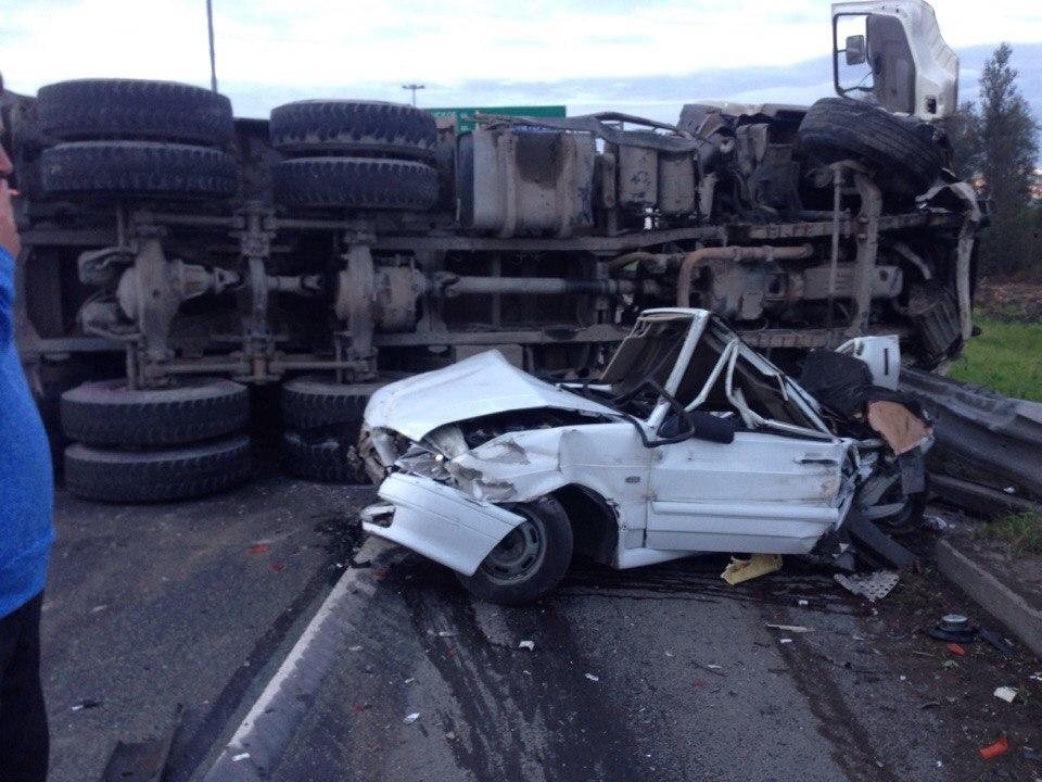 КАД: в жутком ДТП грузовик подмял ВАЗ 2114