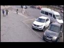 Momentul in care un taxi se ciocneste violent cu un Volvo