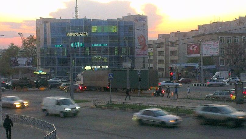 Автомобиль ушел под землю в Харькове (ФОТО)