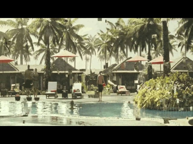 Цунами уничтожило курорт / The tsunami destroyed the resort / 海嘯摧毀了度假勝地