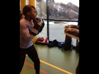 Кларисс Агбенену боксирует