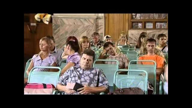 6 кадров Уборщица в зале ожидания