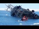 Ужас. Люди борются за свою жизнь.Корабль тонет посреди моря. Sinking ship at sea
