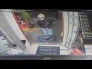 O perigo de entrar de capacete em uma loja de conveniência de um posto de gasolina...