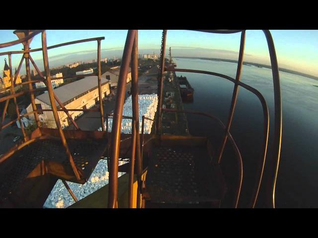 Взгляд с высока стрела портового крана