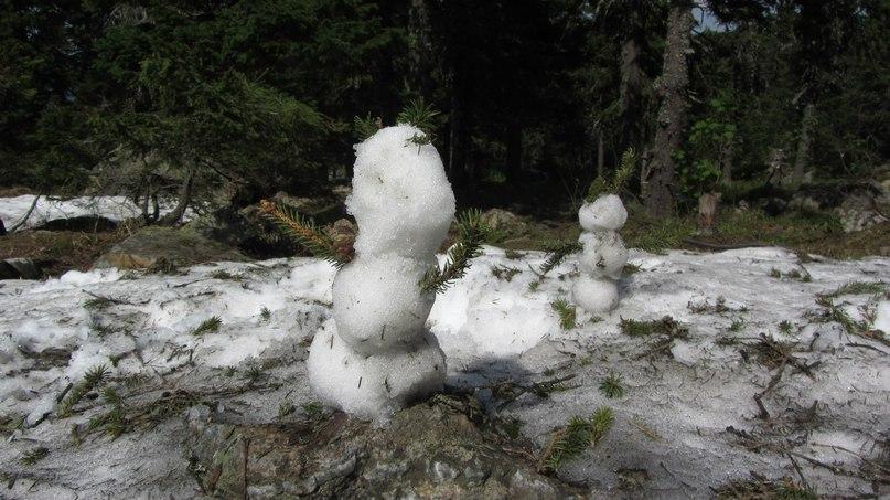Снеговик из июньского снега. Откликной гребень
