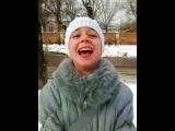 Милая девочка с заразительным смехом