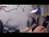 Мужик кидает Коктейли Молотова в машины
