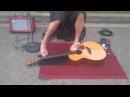 Безрукий Уличный Музыкант Играет на Гитаре