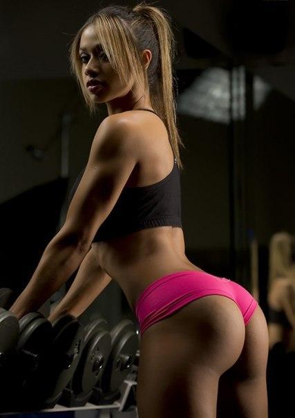 sportivnie-seksi-devushka