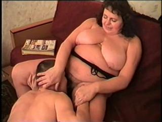 порно видео толстая шлюха заставляет лизать