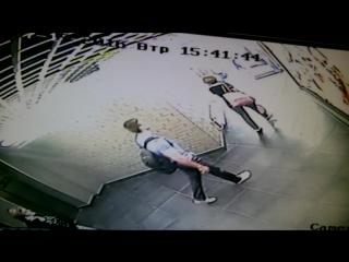 2016-07-19 - Мужчина, толкнувший Илью выходит из лифта