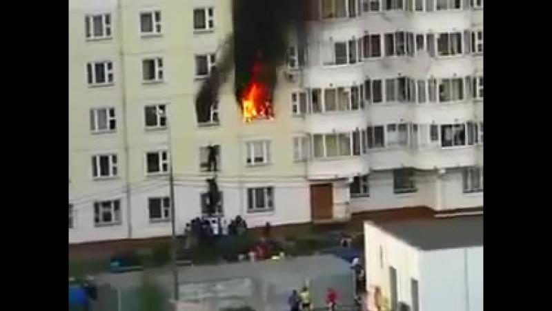 Простой прохожий спасает ребенка из горящей квартиры