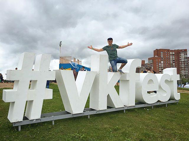 Евгений Белозеров: Сегодня второй день #vkfest , а так же наша с вами внутрифестовская встреча и фотосессия! С нетерпением хочу увидеть всех вас! ❤️ всем хорошего дня! 👊🏻😉