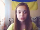 Красива дівчина читає гарний вірш про Україну