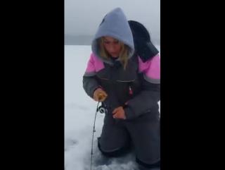 Девушка на зимней рыбалке
