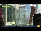 Аттракцион смерти: на небоскребе в США установили стеклянную горку