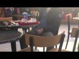 Tocandose bulto en restaurante