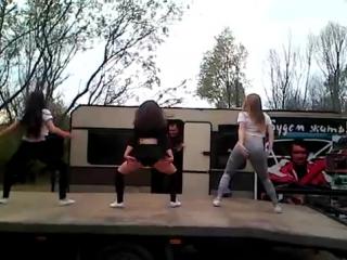 В Речице на джип-триале девушки станцевали тверк. Почти полная версия
