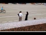 Социальный эксперимент: Мусульманка в чёрном и светлом хиджабе