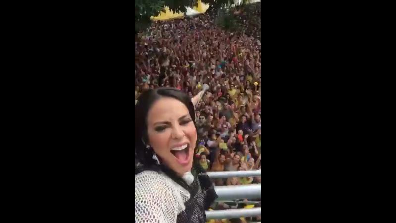 Alinne Rosa agita pré carnaval na Savassi em BH