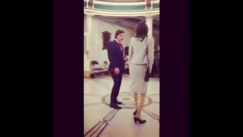 Оскар и Карла Кеведо танцуют на съемках «Покажите мне героя»