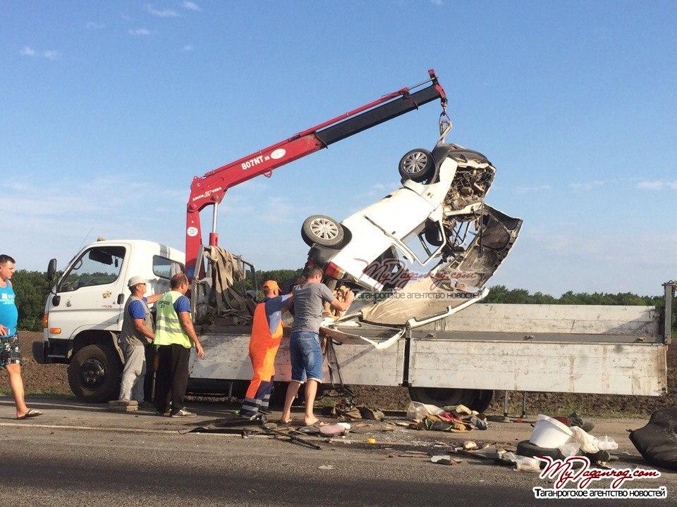 На трассе «Ростов-Таганрог» от столкновения с Land Rover Freelander разорвало «ОКУ»
