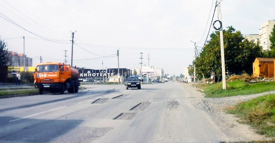 В Таганроге водитель ассенизаторского «КамАЗа » догнал «девяносто девятую»
