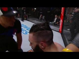 Бойца UFC подстригли прямо во время дебюта
