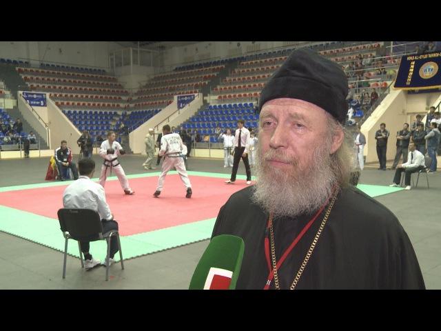 Духовный наставник МВТФ отец Сильвестр благословляет участников Чемпионата по Тэквон-до 2016г.