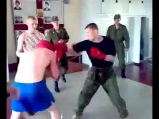 Боксёр навешивает. Драка в казарме.