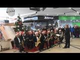 Сегодня в ТРЦ City Mall, запорожцев радовал Муниципальный эстрадно-духовой оркестр под руководством Богдана Сапожникова.