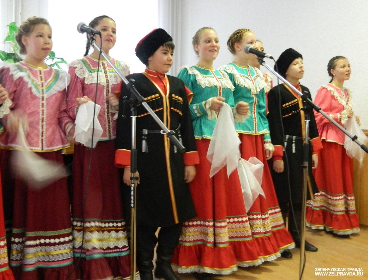 Учащиеся и преподаватели ДШИ станицы Зеленчукской провели концерт и выставку