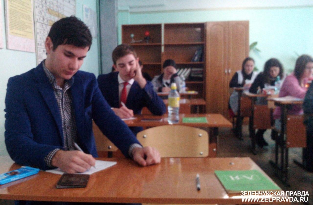 В Зеленчукском районе выпускники 11 классов приступили к написанию итогового сочинения