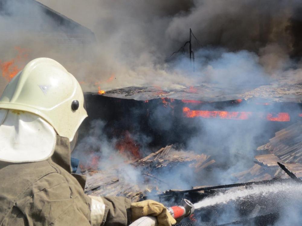 В ауле Кызыл-Октябрь загорелась хозяйственная постройка