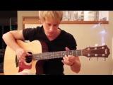 парень играет на гитаре,поет душевную красивую песню